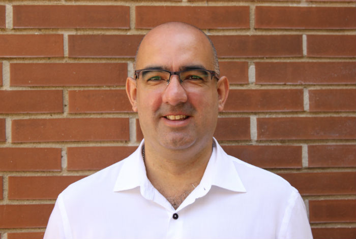 David García Alcaraz en pared de ladrillos